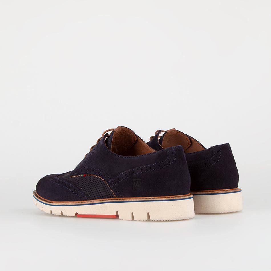 Sapatos em camurça com picados estilo inglês. Interior em